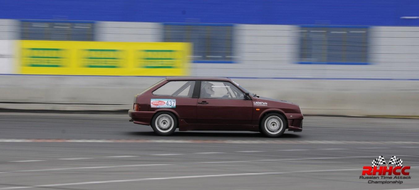 Lada 2108 участвует в гонках